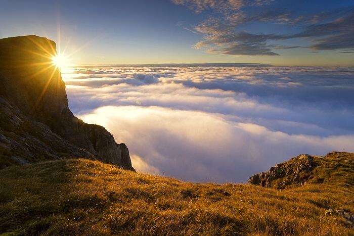 Východ slnka - to isté miesto ako večer predtým s postavičkou na
